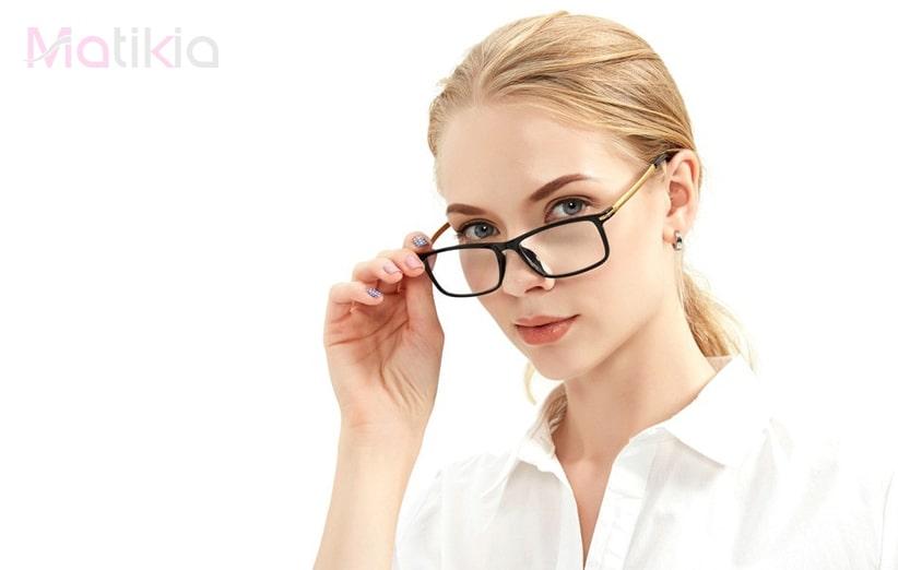 عینک روی چهره